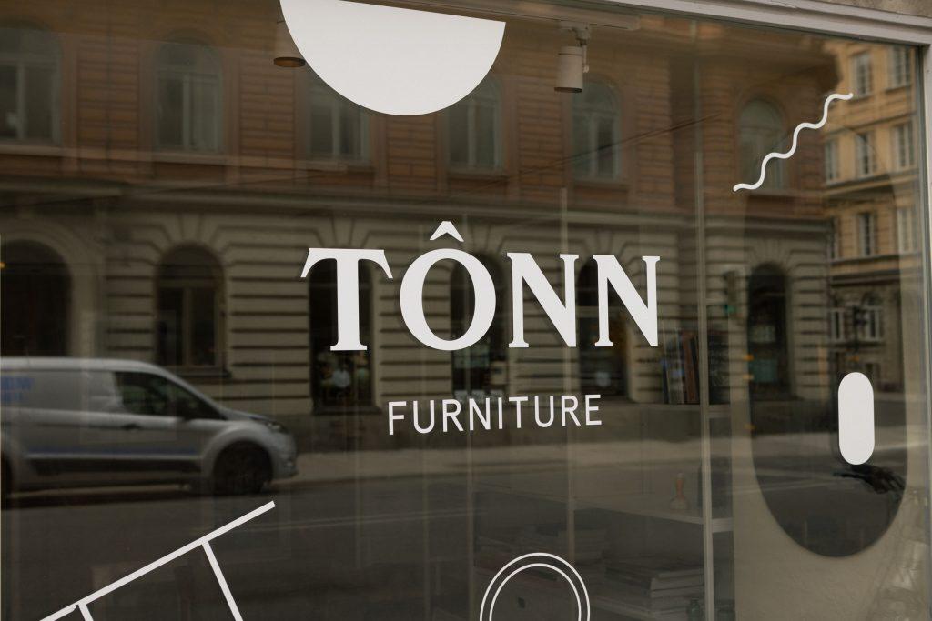 Tonn furniture skyltfönster med logotyp