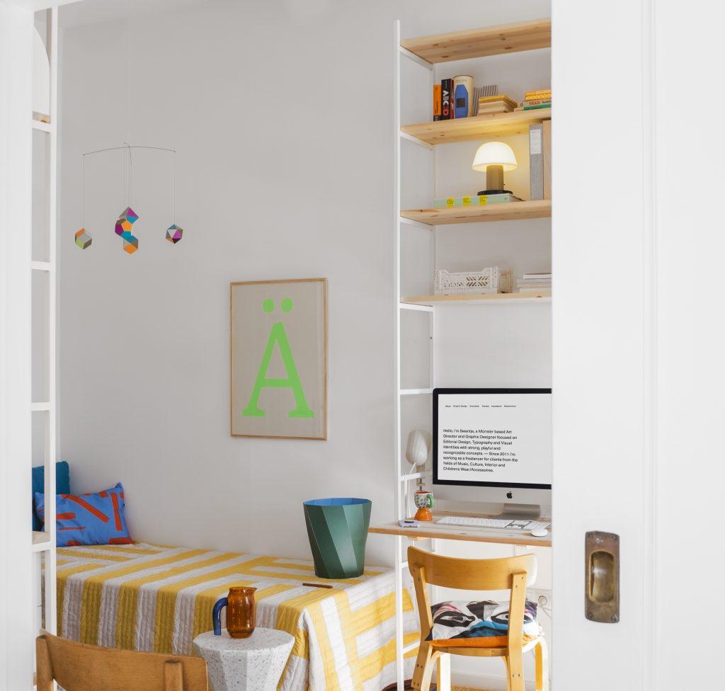 Hyllsystem Portal med vita hyllgavlar, hyllplan furu samt skrivbord furu hemma hos Swantje Hinrichsen